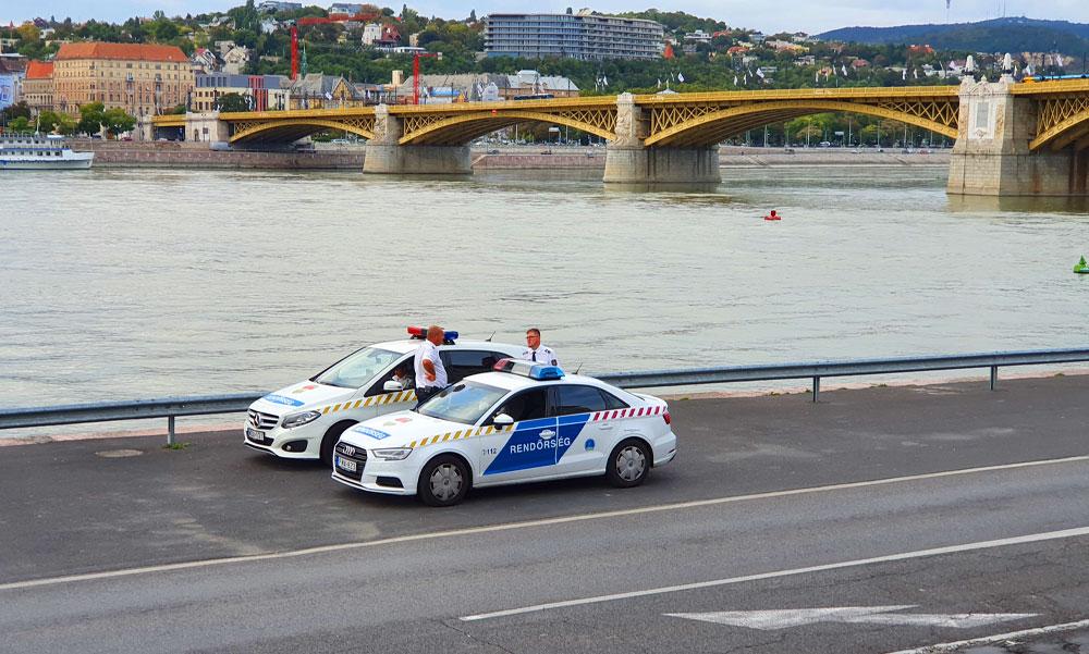 Épp időben húztak vissza a rendőrök egy férfit, aki a Dunába akart ugrani
