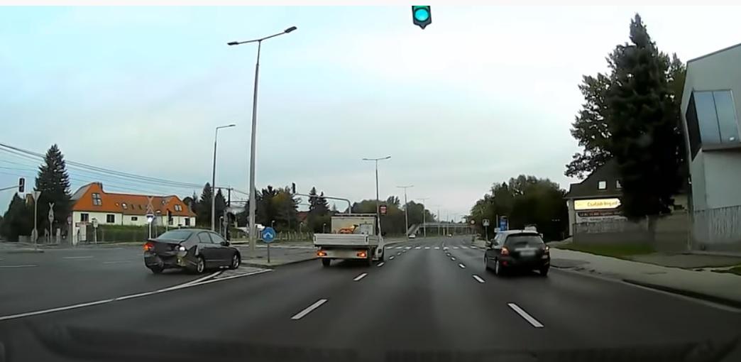 Balesetet okozott ez a sofőr a szentendrei úton, majd megállás nélkül elhajtott – videó