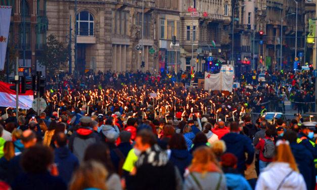 """""""Ami ma itt történt, az valaminek a kezdete"""" – Óriási tömeg vonult végig Budapesten a Színművészetisek hívására"""