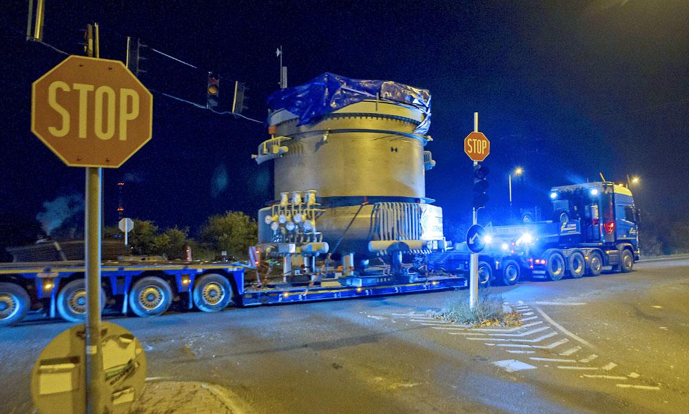 Látványos monstrum haladt át az éjjel Budapesten, villanyvezetékeket emeltek meg miatta