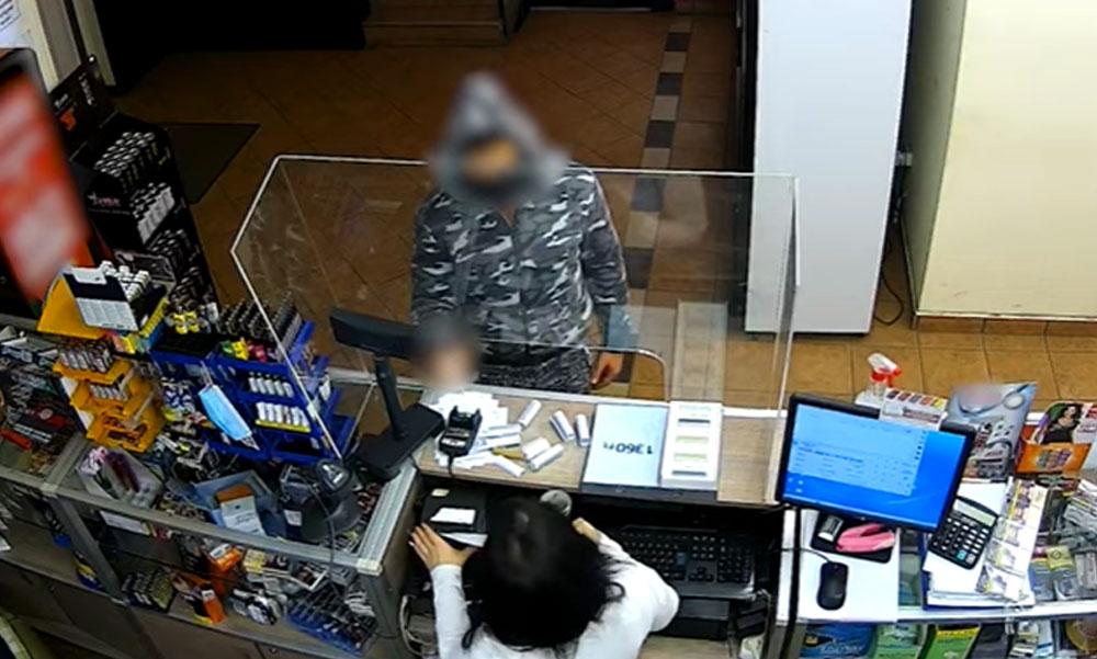 Késsel fenyegette az eladót a trafikrabló aztán belemarkolt a kasszába és elvitte a pénzt