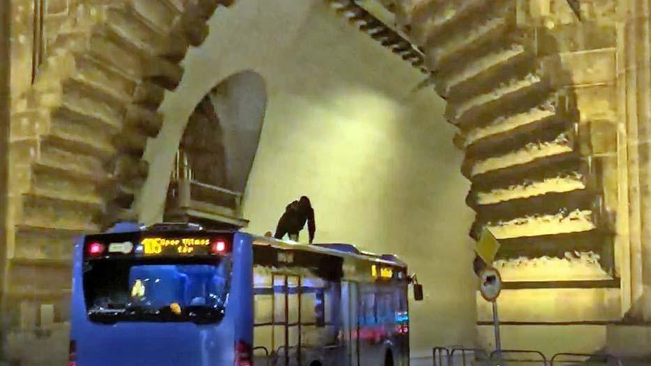 A 105-ös busz tetején utazott egy fiatal, a megálló tetejéről ugrott a járműre
