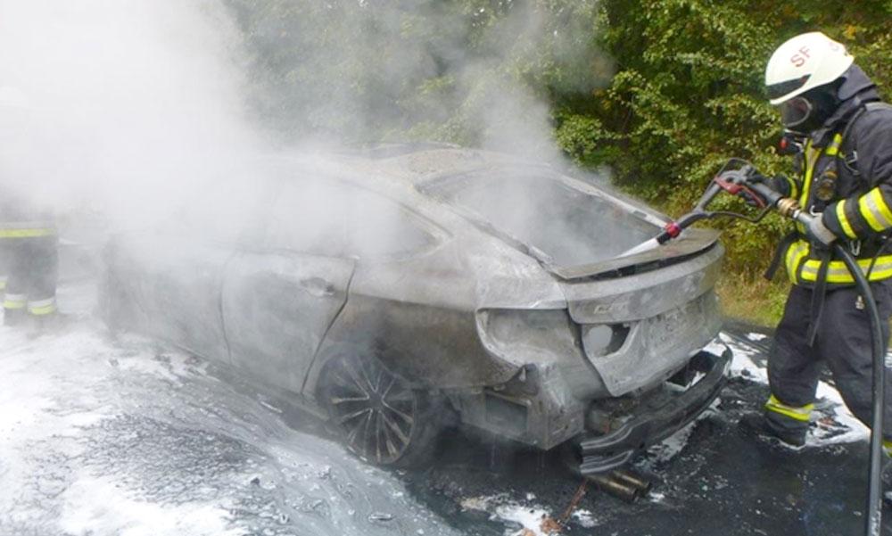 Kigyulladt egy BMW az M7-esen, semmi sem maradt a luxusautóból