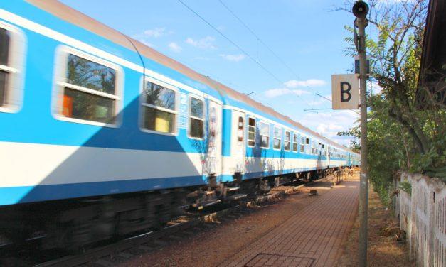Jegy nélkül szállt fel a vonatra a budapesti nő, majd amikor le akarták szállítani, hátba rúgta a kalauzt