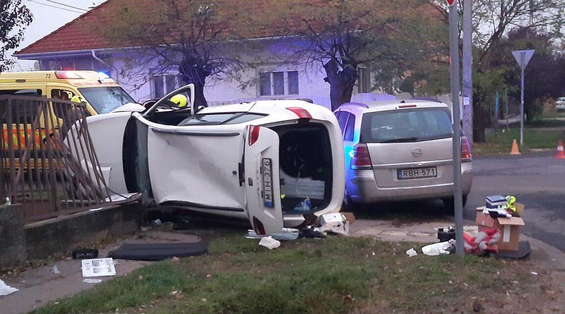 Súlyos baleset a 18. kerületben: kerítésnek csapódott, majd felborult egy autó