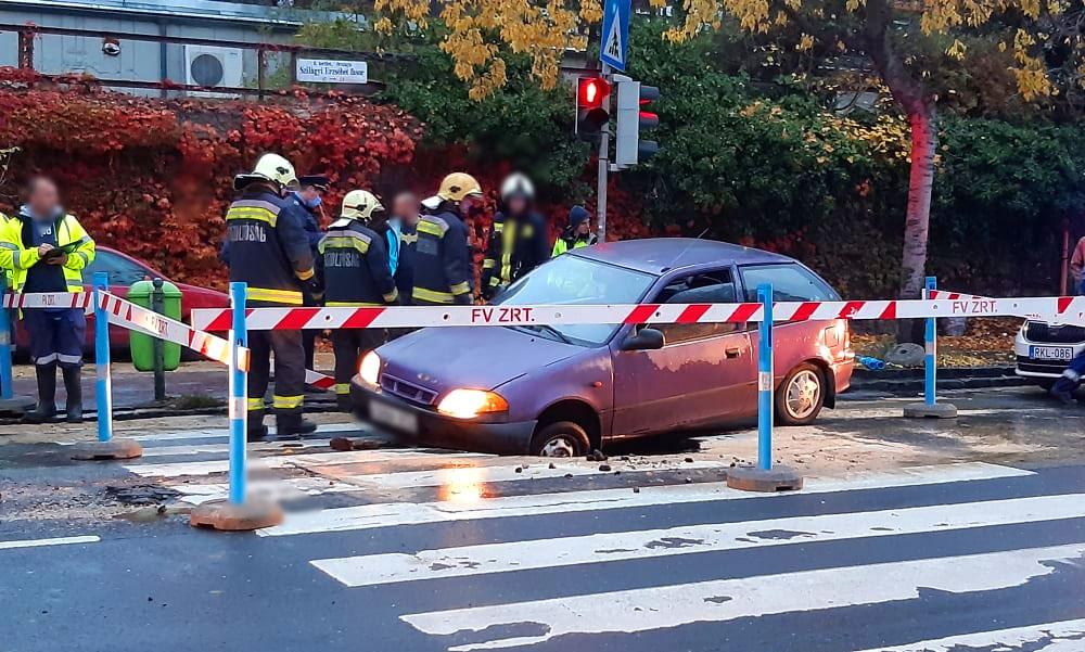 Beszakadt az úttest egy autó alatt Budán a körszállónál