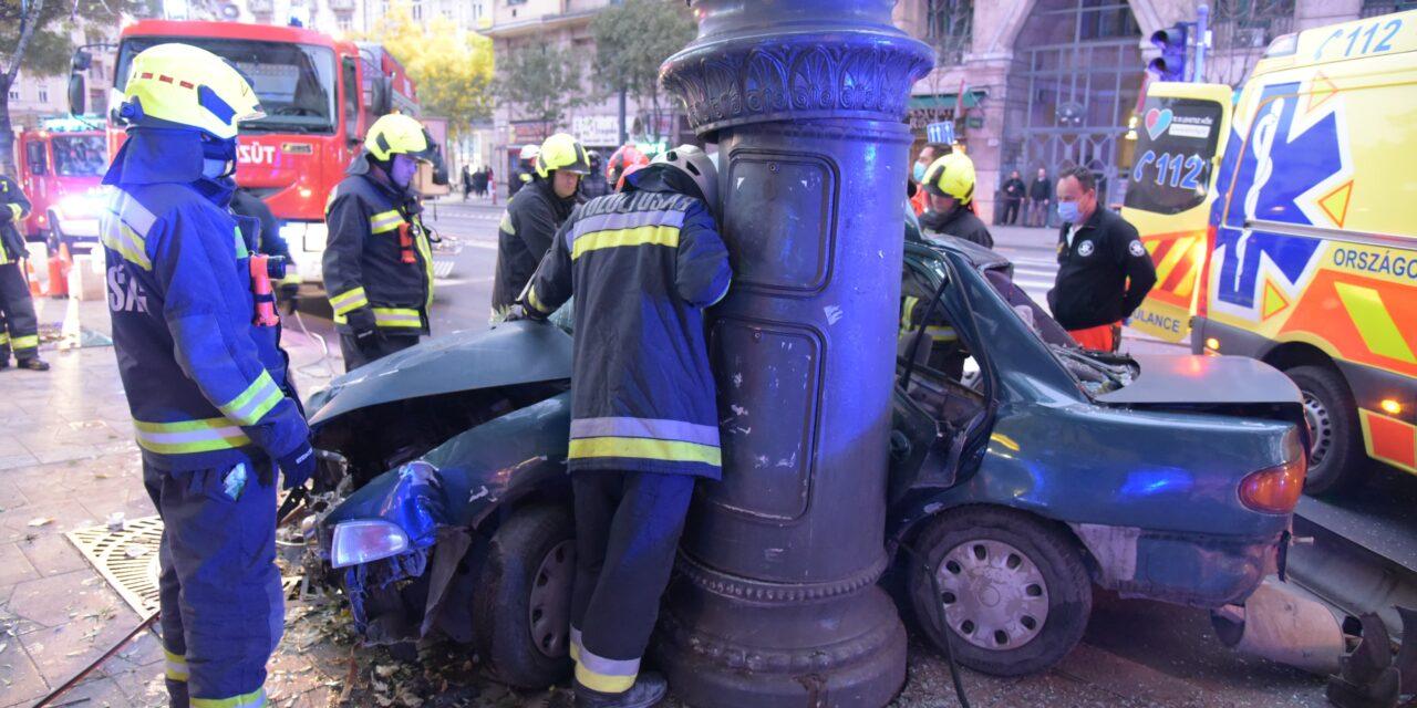 Oszlopnak csapódott egy autó a Károly körúton – Egy 17 éves fiú a helyszínen meghalt