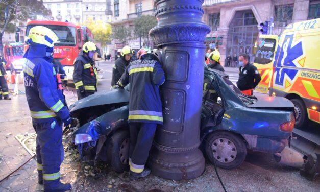 Sokkoló felvételeket tett közzé a rendőrség a Károly körúton történt balesetről: így csavarodott fel az oszlopra a 17 éves sofőr