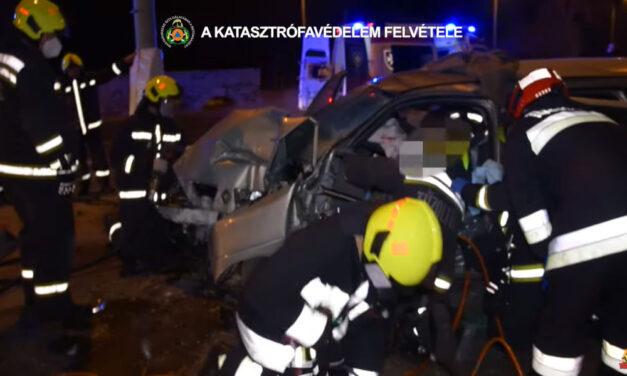Súlyos baleset a Szentendrei úton, a füstölő autóból mentették ki a beszorult sofőrt