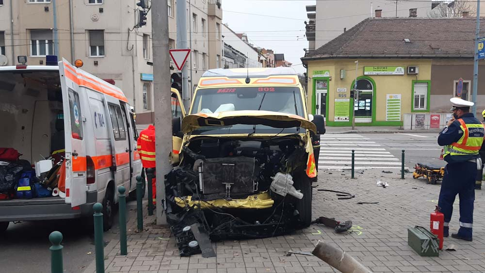 Kisbabához riasztották azt a mentőt amelyik karambolozott Óbudán, többen megsérültek, emberségből mégis jelesre vizsgáztak a balesetet szenvedett mentősök