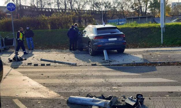 Egy táblán és egy jelzőlámpa oszlopán rongyolt át a Q8-as Audi, mert egy szabálytalan Suzukit akart elkerülni