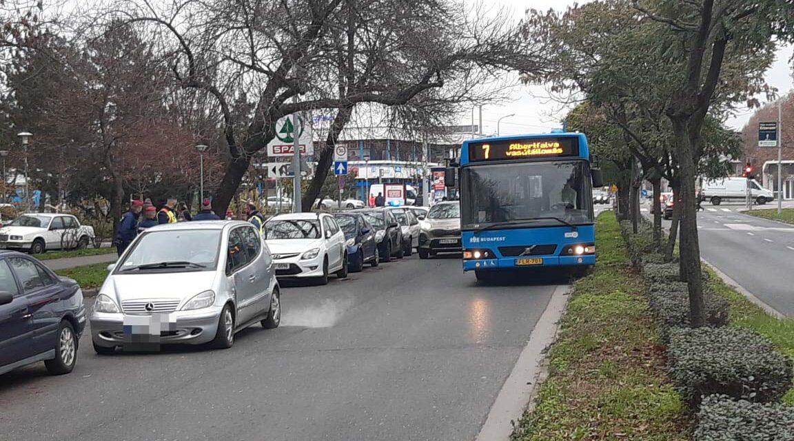 Óriási balhé tört ki a baleset után a 11. kerületben, a vétkes autó utasa előbb a kukákon, majd a BKV busz sofőrjén vezette le a dühét