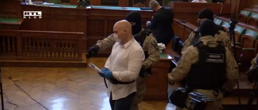 Rosszul lett a tárgyalóteremben a csantavéri mészárosként elhíresült szerbiai magyar bérgyilkos: ez történt az előkészítő ülésen – videó