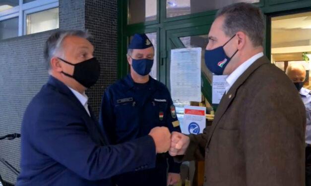 """""""Jelentem van kávénk!"""" – Orbán Viktor váratlanul bement a belvárosi rendőrkapitányságra és jól meglepett mindenkit"""
