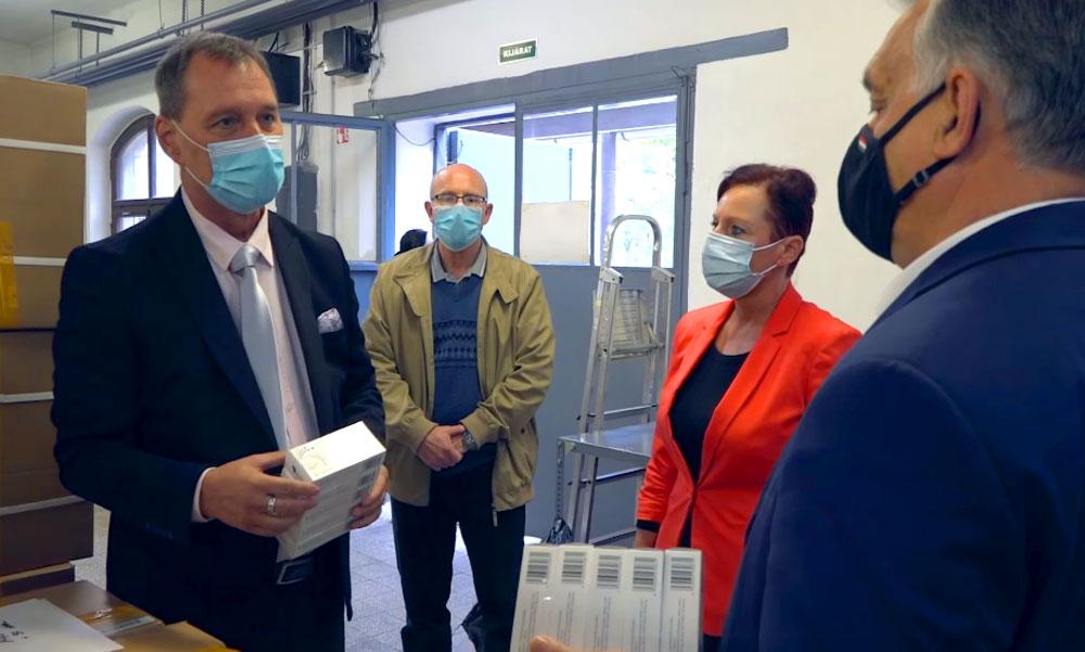 Szlávik doktor egy raktárban Orbán Viktornak személyesen magyarázta el mennyi gyógyszer kell egy koronavírusos betegnek