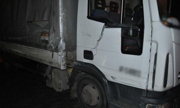 A belső sávban állt le a részeg kamionos az M3-ason, előtte kidöntött egy sorompót és összetört két autót