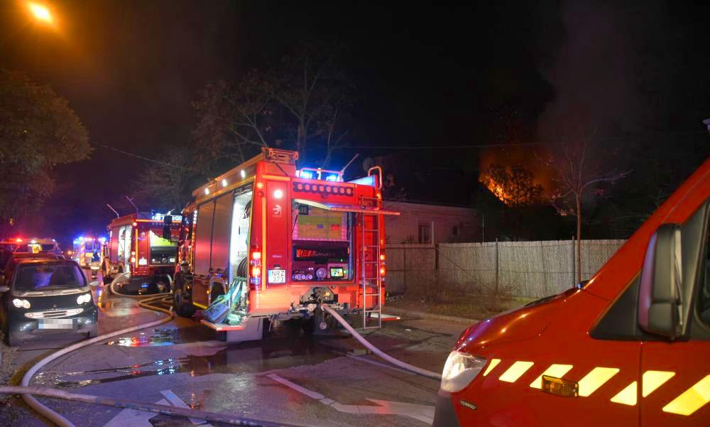 Égő házból mentettek ki a rendőrök két segítségért kiabáló férfit – az egyik sérült magatehetetlenül feküdt a földön
