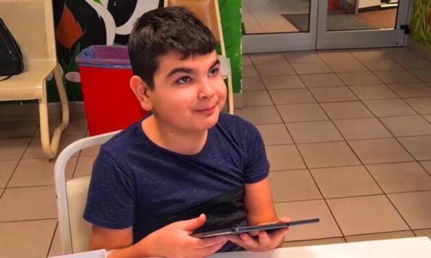 Szívszorító: A 15. kerületi háztűzben árván maradt 12 éves kisfiút kiengedték a kórházból és új családra talált