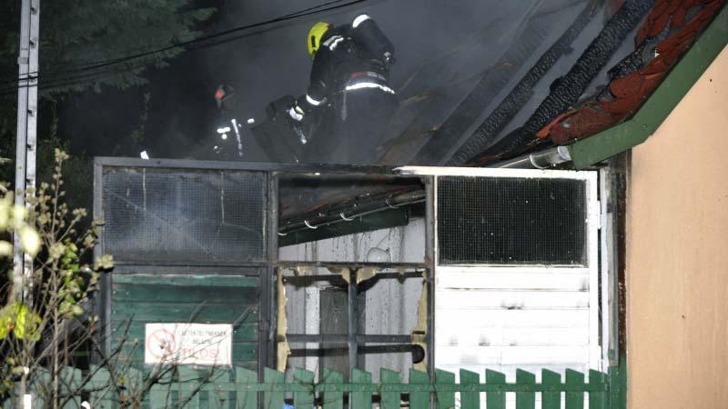 """""""Segítség, valaki mentse meg az életemet"""" – nagypapája menekítette a tetőre az égő házból a 12 éves kisfiút, a nagyszülők nem élték túl a tragédiát"""