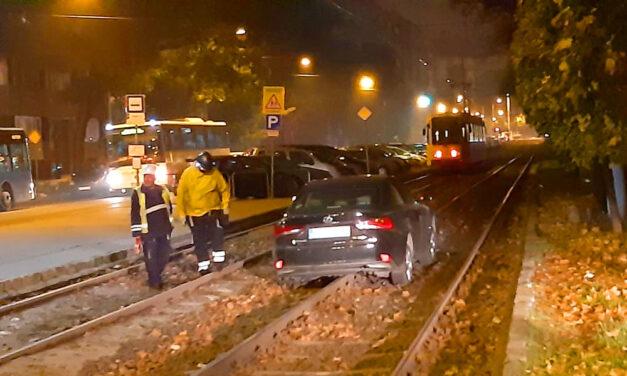 Villamos sínekre hajtott egy autós, döcögött rajta egy darabig, majd elakadt