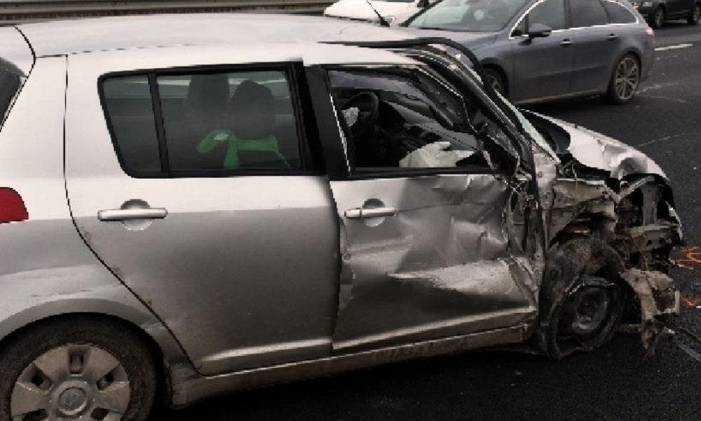 Buszbaleset: Többen megsérültek az oldalára dőlt buszban, egy 77 éves asszony pedig nagy karambolt okozott az M6-oson