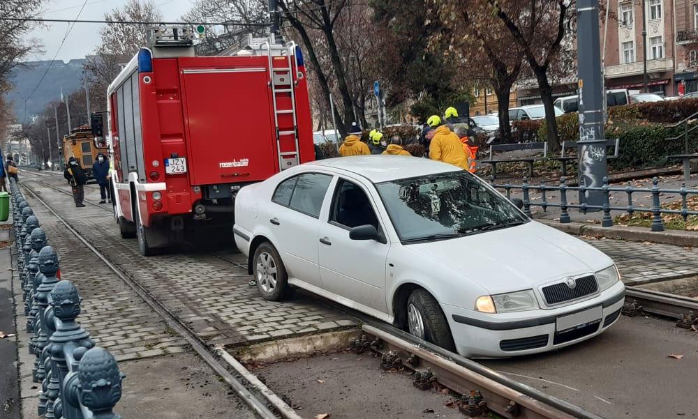 Villamossínre hajtott egy piás sofőr a Lánchídnál, tele volt az autója üres sörösdobozokkal, azt mondta mindet megitta