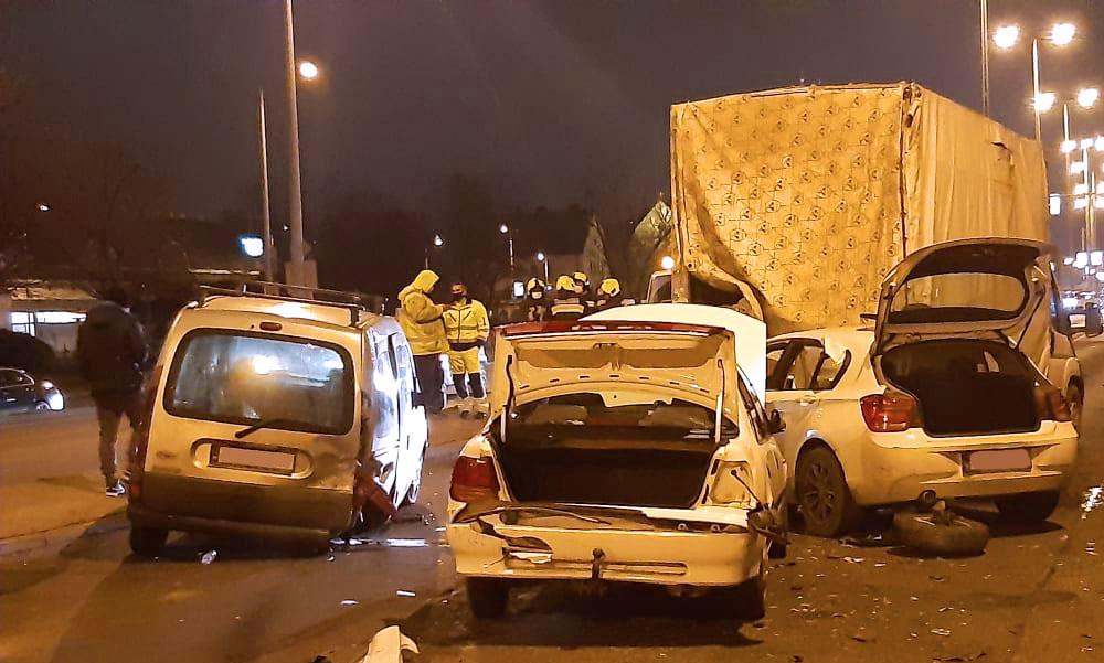 Tömegkarambol az Üllői úton, a pirosnál álló autósorba rohant egy BMW