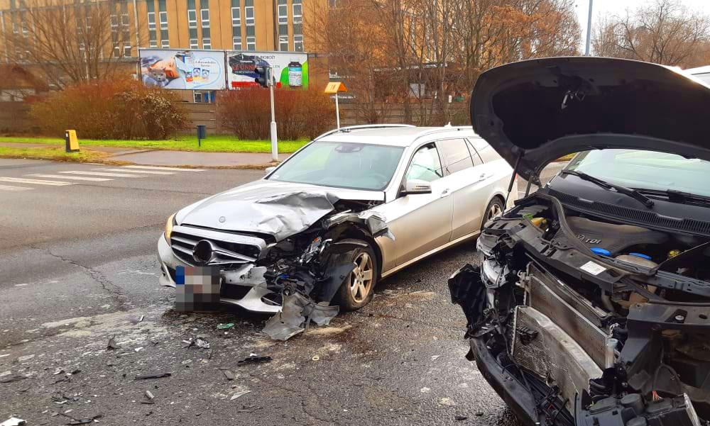 Furcsa dolgot vettek észre a Mercedesen, miután összeütközött egy kisbusszal a Szerémi úton
