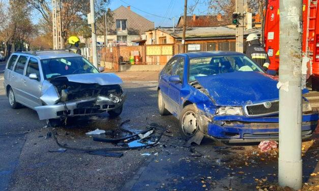 Totálkárosra törött két autó, a sofőröket kórházba szállították, mindkettő a zöld jelzésen haladt keresztül