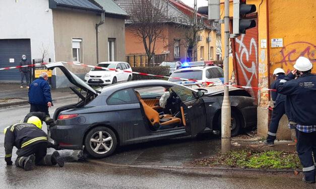 Szétrepedt és csaknem összedőlt az a sarokház, amelybe egy Alfa Romeo csapódott szilveszter délelőtt