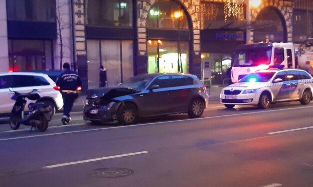 Fékezés nélkül a pirosnál várakozó autósorba csapódott egy BMW a Blaha közelében, az autót vezető hölgytől azt kérdezték a rendőrök, szed-e gyógyszert, tudja-e hol van