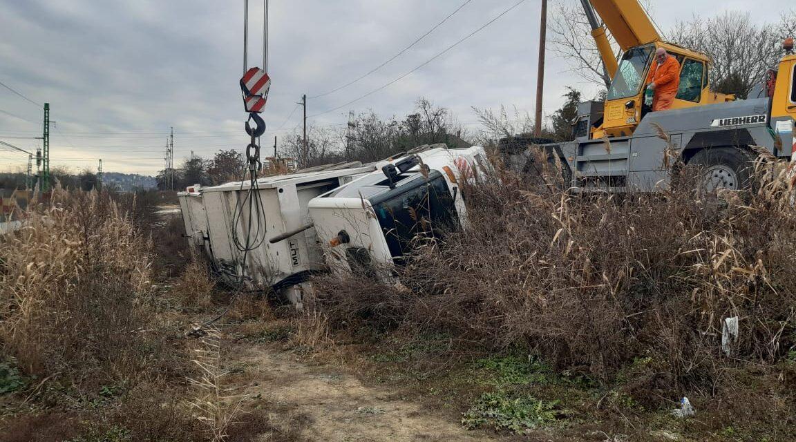 Durva baleset Diósdnál: Lesodródott az útról és az árokban landolt egy kukásautó, még nem tudják, hogy fogják kiemelni onnan – Helyszíni fotók