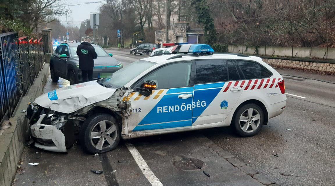 Rendőrautók karamboloztak a 12. kerületben, az egyik rendőr sokkos állapotba került, kórházba szállították