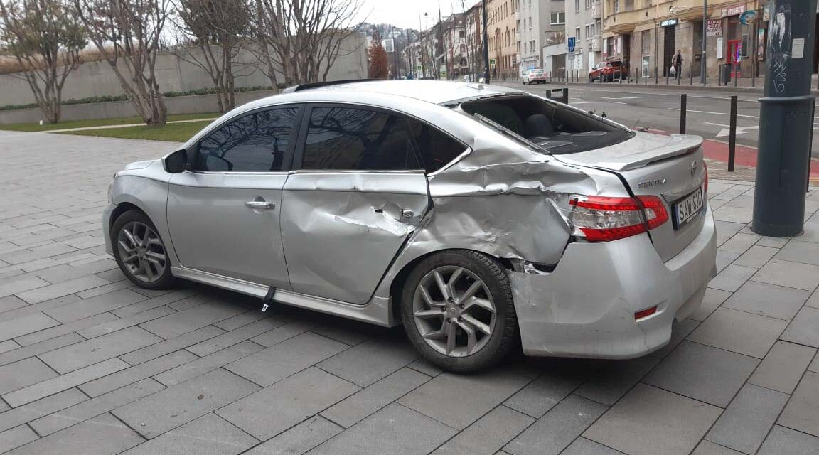 Villamossal ütközött egy szabálytalanul kanyarodó autós a Margit körúton: a sofőr sokkot kapott a baleset miatt