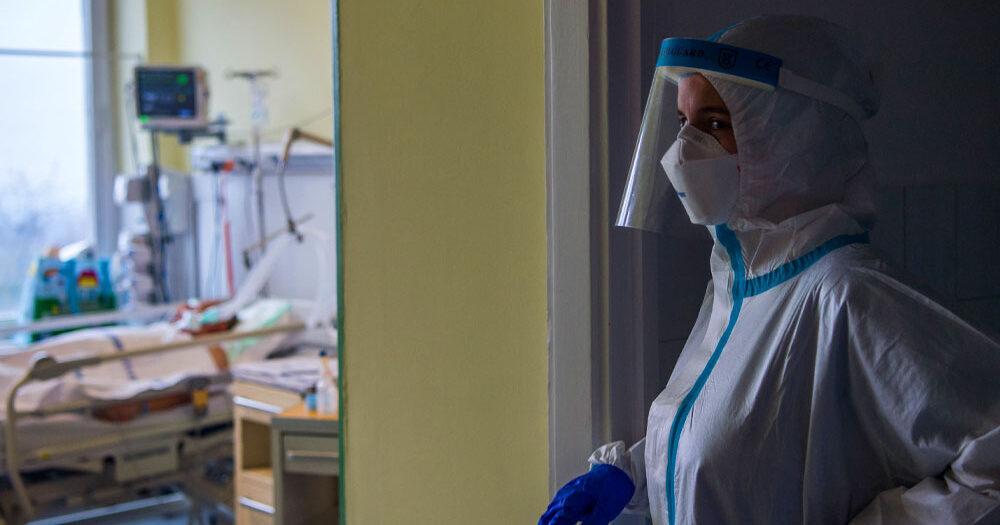 179-en haltak meg koronavírus miatt egy nap alatt: Merkely Béla szerint a brit mutánssal fertőzött ember maszk nélkül 15 perc alatt képes megfertőzni egy másik embert