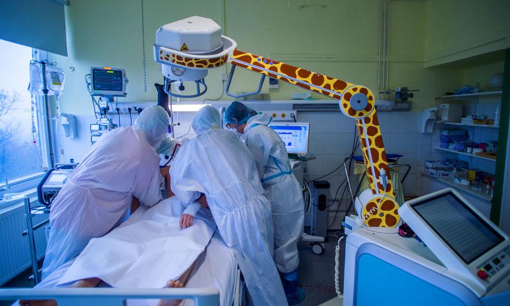 Rengeteg új koronavírus fertőzöttet találtak itthon az elmúlt napon, több mint 5000 embert ápolnak kórházban