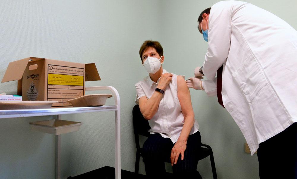 Megkezdődött az oltás a koronavírus-vakcinával, Szlávik doktor beadta a kollégáinak az első Pfizer-vakcinát