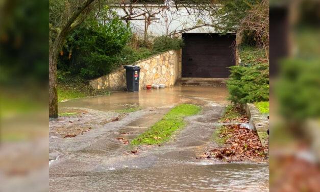 Óriási csőtörés miatt hömpölyög a víz Piliscsabán, több házat és az idősek otthonát is veszélyezteti a víz