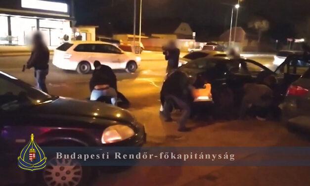 Sírrablókra csaptak le az utcán a rendőrök, a földre teperték őket az elfogáskor