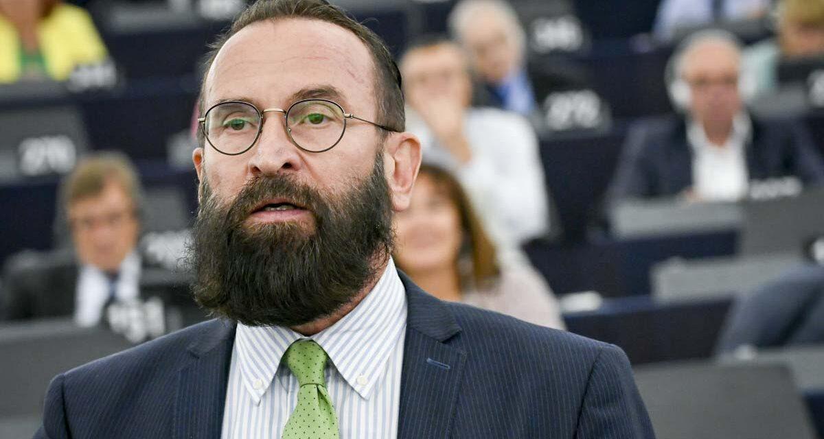 Szájer József visszaküldte a diplomata útlevelét a külügynek, a belga ügyészség mélyen hallgat a nyomozásról