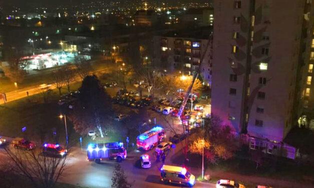 Kigyulladt egy 10 emeletes panelház Kaszásdűlőn, ellepték a tűzoltók a környéket