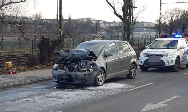 Újabb baleset Budapesten – Hármas karambol a 2. kerületben, egy autó kigyulladt – Képek a helyszínről