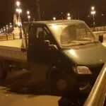 Kisteherautó balesetezett a Margit hídon – Megcsúszott majd a villamos síneken áthajtott és a szemközti korlátnak csapódott – Fotók a helyszínről