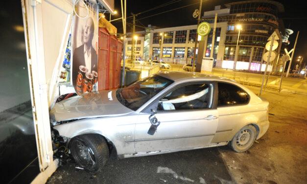 Jogosítvány nélkül, a kijárási korlátozást megszegve száguldozott az éjszakában egy 15 éves fiú, egy dohányboltnak csapódott miközben üldözték a rendőrök – Fotók