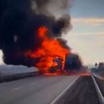 Horror baleset Kecskemétnél: egy kamion és egy személyautó ütközött, mindkét autó kigyulladt, az egyik sofőr azonnal meghalt
