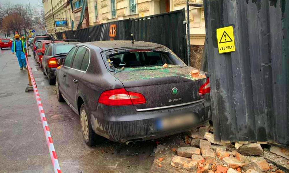 Faldarabok zuhantak az utcán parkoló autókra a Radetzky-laktanya bontásánál a Külügyminisztérium közelében