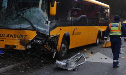 Tragikus buszbaleset Gödöllőnél, 17 sérült egy halálos áldozat
