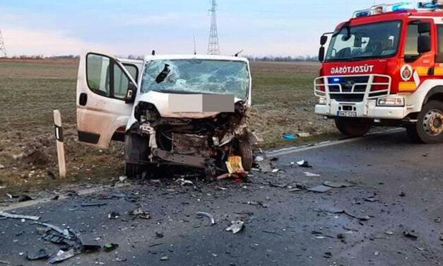 Frontális ütközés Százhalombattánál, a sofőr meghalt, hárman megsérültek