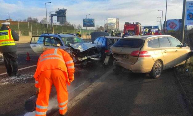 Súlyos baleset Budaörsnél: 10-en sérültek meg, köztük 7 gyermek, mentőhelikopter is a helyszínre érkezett