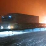 Lángol egy kamion az M1-esen, közben esik a hó, mindenhol sónedvesek, havasak az utak